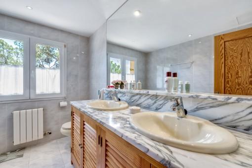 Uno de 3 baños con calefacción