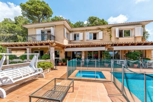 Amplia terraza con piscina