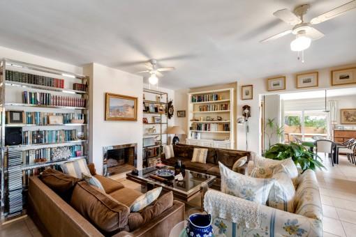 Confortable sala de estar con chimenea