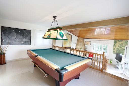 La sala de estar ofrece una mesa de billar