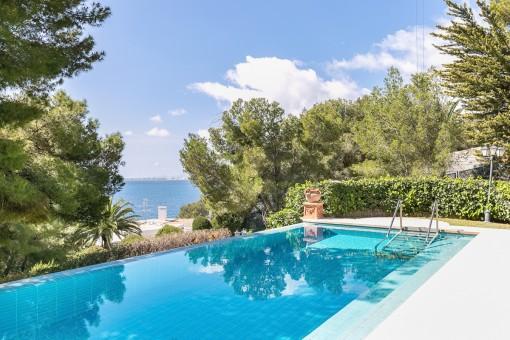 La zona de piscina y jardín ofrece vistas al mar