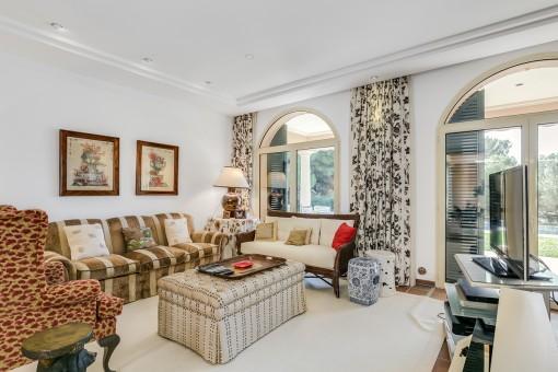 La sala de estar ofrece acceso al patio y jardín