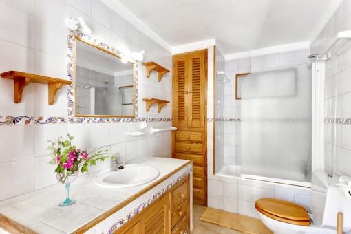 Bonito baño con elementos de madera