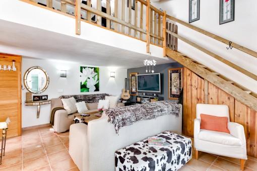 Acogedora sala de estar con galería de madera