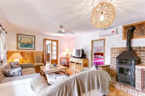 Sala de estar con chimenea en la casa principal
