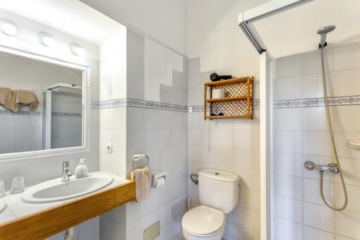 Baño luminoso con ducha