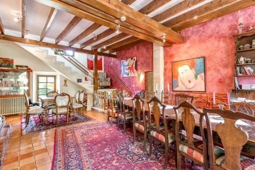 Habitación agradable con gran mesa de comedor