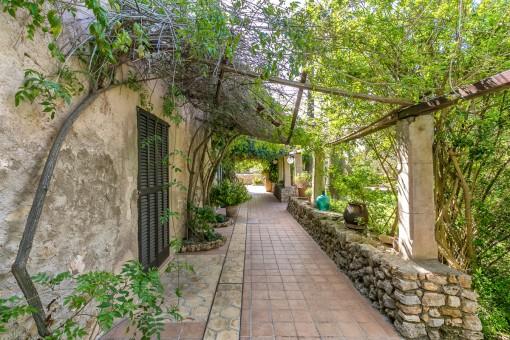 Un precioso jardín antiguo rodea la propriedad