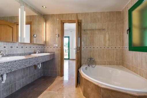 El baño ofrece también un jacuzzi