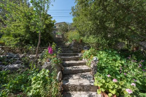 Una romántica escalera de piedra lleva por el jardín