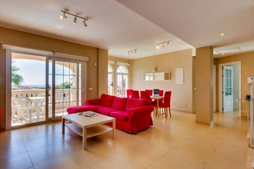 Luminosa sala de estar con acceso a la terraza