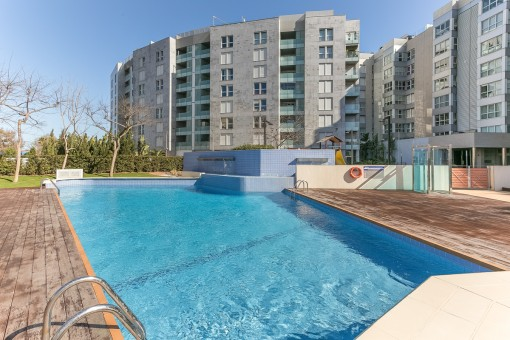 Otra piscina con terraza soleada