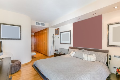 Amplio dormitorio con vestidor