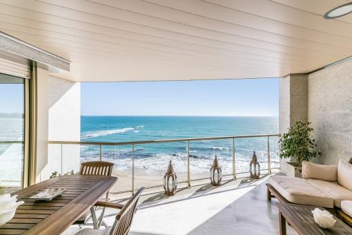 Terraza espectacular con zona de lounge y vistas al mar
