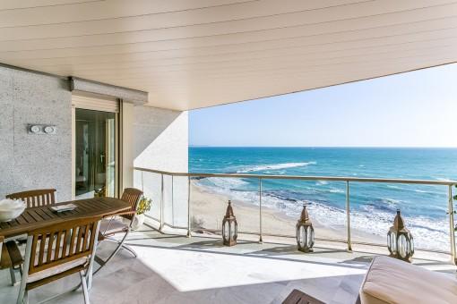 Vista alternativa de la terraza impresionante en primera línea de mar