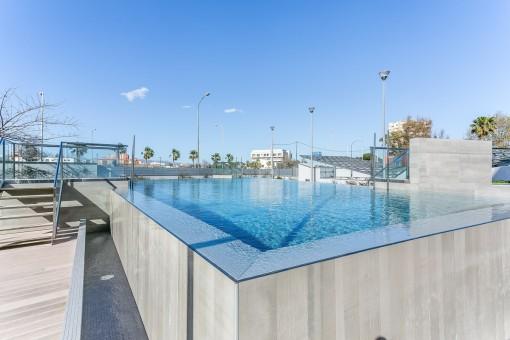 Vista alternativa de la piscina