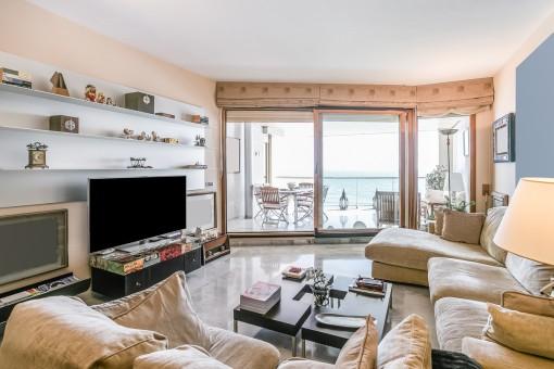Sala de estar con acceso a la terraza con vistas al mar
