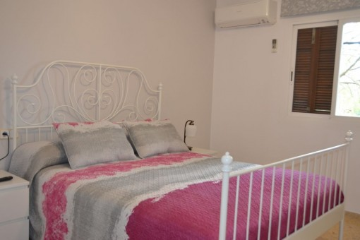 Dormitorio principal con cama grande
