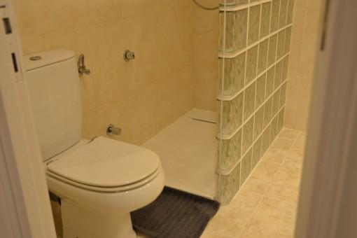 Este baño ofrece una ducha a nivel del suelo
