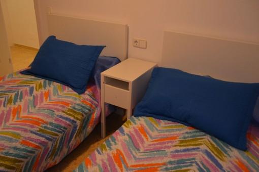 Dormitorio de huéspedes con 2 camas separadas