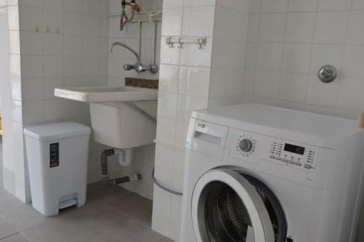 Lavadero con lavadora