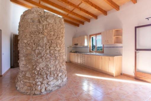Gran cocina con pared de piedra