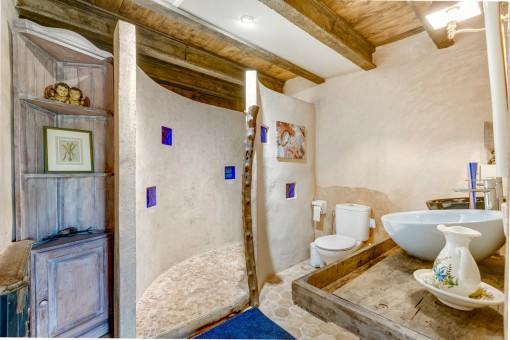 Estupendo baño con ducha y elementos auténticos