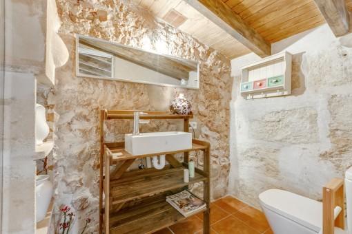 La finca tiene antiguas puertas de madera y fachadas de piedra