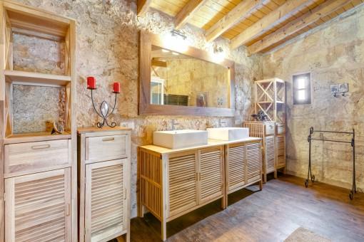 Baño con hermosa pared de piedra