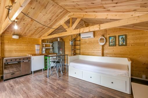 Casita de verano con cocina y dormitorio