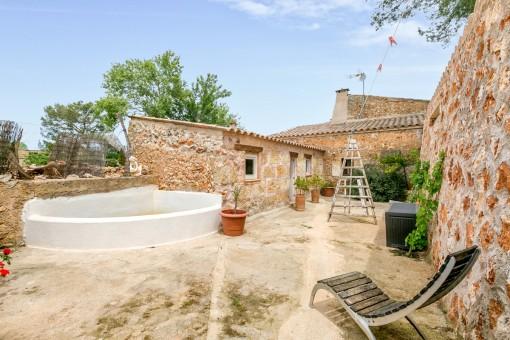 El patio mediterráneo le invita a relajarse