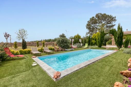Maravillosa zona de piscina en el amplio jardín