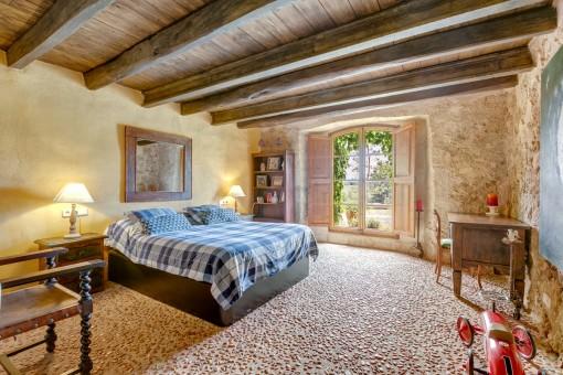 Auténtico dormitorio doble con suelo de piedra