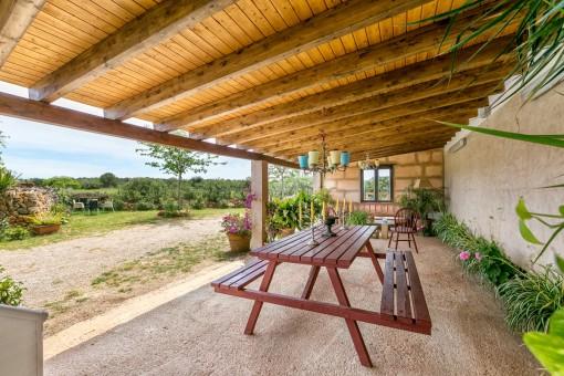 Terraza cubierta con zona de asientos