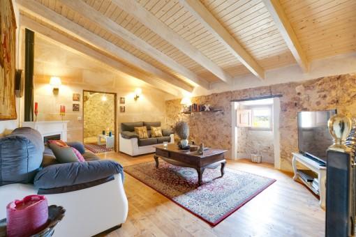 Bonita sala de estar en colores cálidos de piedra natural