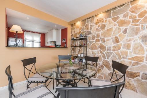 El salón-comedor tiene una pared de piedra muy bonita