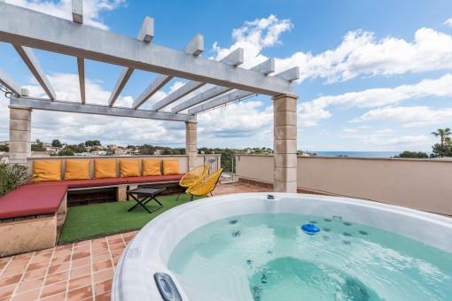 La terraza de 125 metros cuadrados ofrece un jacuzzi nuevo