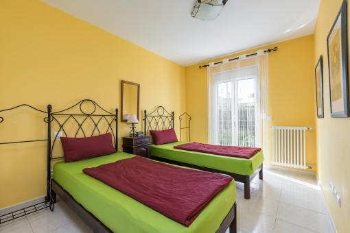 El tercer dormitorio en colores cálidos