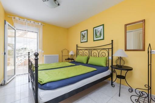 Cómodo dormitorio doble con acceso a la terraza