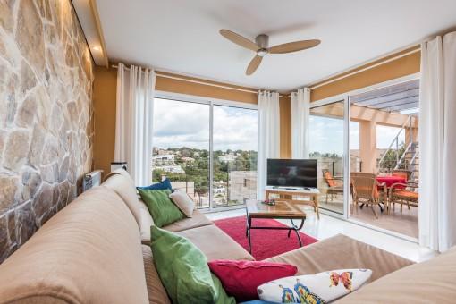 La sala de estar ofrece acceso a la terraza