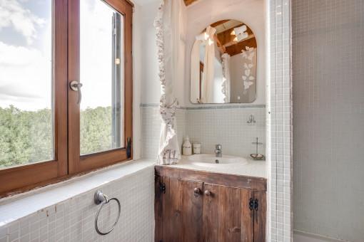Baño con ducha y elementos de madera