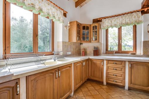 Cocina rústica con armarios de madera