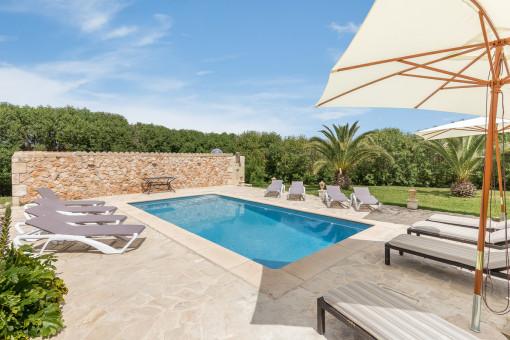 La zona de piscina invita a relajarse