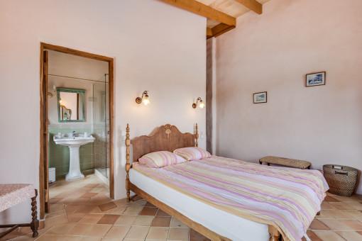 El dormitorio tiene un baño en suite