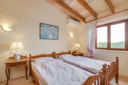 Otro dormitorio con inclinación del techo