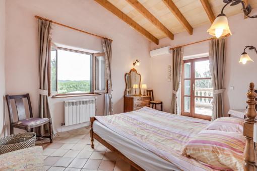 Acogedor dormitorio con acceso a la terraza