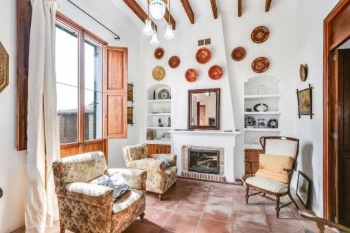 Sala de estar tradicional con chimenea