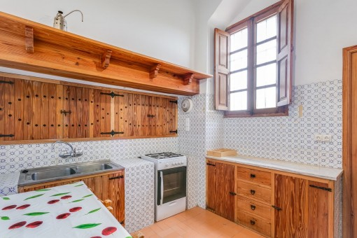 Cocina de madera con zona de desayuno