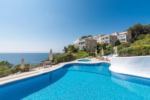 Preciosa piscina con terraza soleada