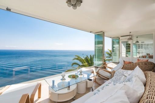 La sala de estar ofrece impresionantes vistas al mar